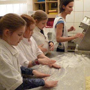 A lány csapat előkészül