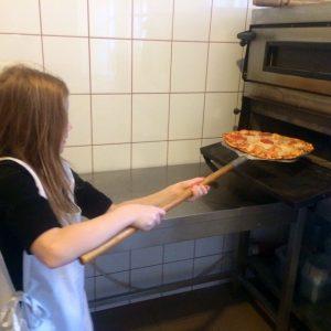 Zsófi Pizzát készít